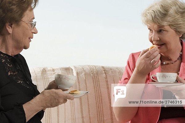Zwei ältere Frau haben Frühstück