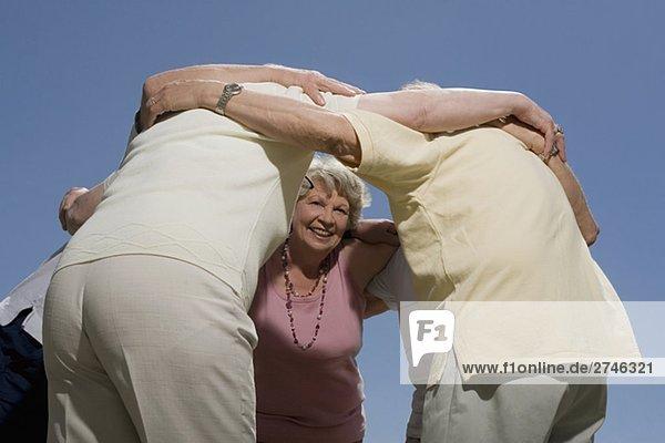 Untersicht der ältere Leute stehen in einem huddle