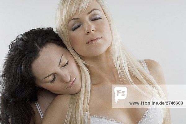 Nahaufnahme von einem weiblichen Homosexuelles Paar mit ihren Augen geschlossen