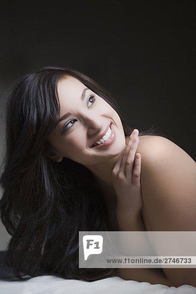 liegend liegen liegt liegendes liegender liegende daliegen junge Frau junge Frauen lächeln Massage Close-up Tisch
