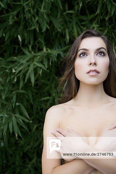 Nahaufnahme eine nackte junge Frau für ihre Brüste mit den Händen