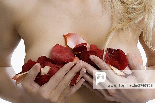 Mitte Schnittansicht einer jungen Frau die Brust mit Rosenblüten