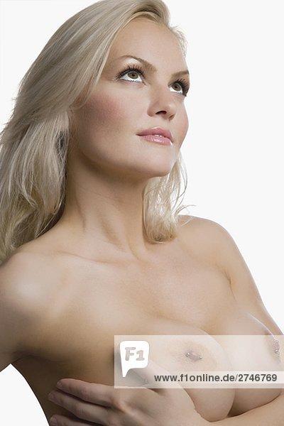 Eine nackte junge Frau ihre Brust berühren Nahaufnahme