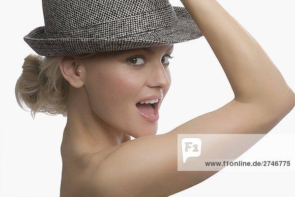 Portrait einer jungen Frau trägt einen Hut