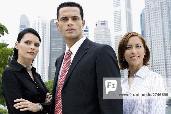Portrait eines Kaufmanns und zwei Geschäftsfrauen