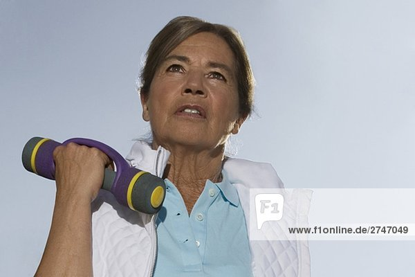 Nahaufnahme of ältere Frau Training mit einer Hantel