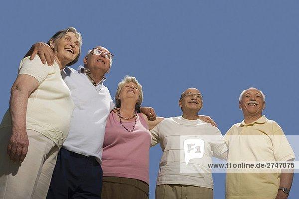 Untersicht der ältere Leute zusammen mit Arm um ständigen