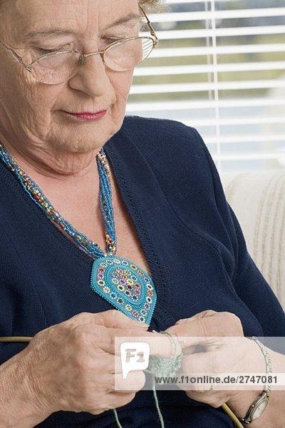 Nahaufnahme of ältere Frau stricken