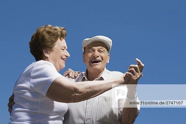 Untersicht ein älteres Paar tanzen