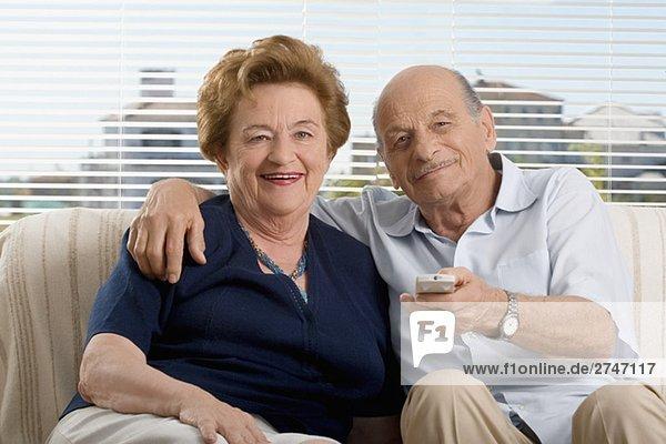 Porträt eines senior Paares Fernsehen