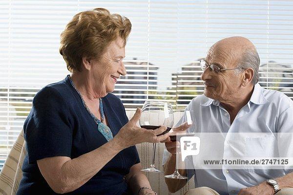 älteres Paar trinken Wein