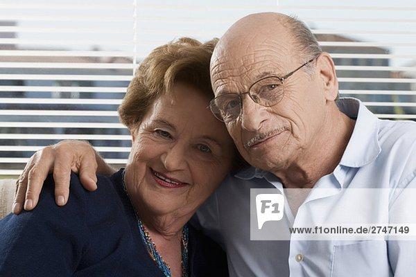 Porträt eines senior Paares zusammensitzen