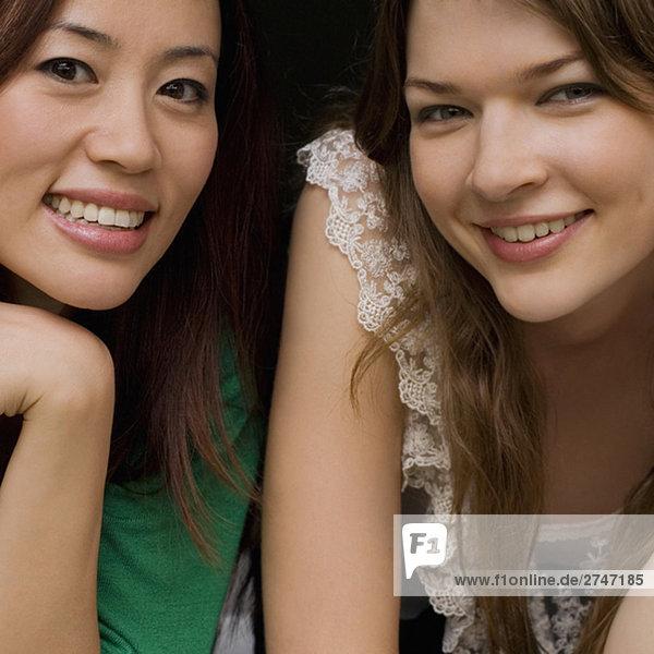 Porträt von zwei jungen Frauen zusammen Lächeln
