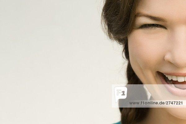 Portrait einer jungen Frau lachen