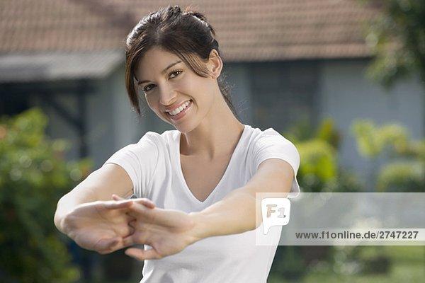 Portrait einer jungen Frau Ausübung und lächelnd