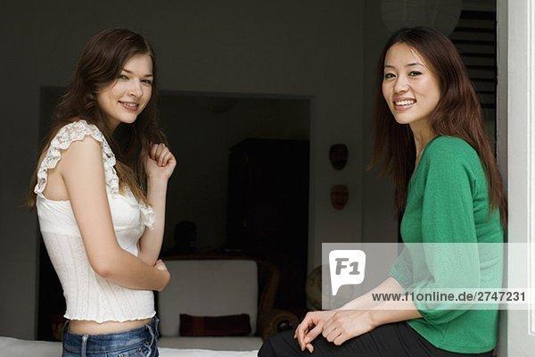 Seitenansicht zwei junge Frauen lächelnd