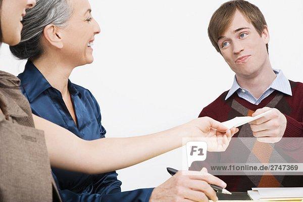 Ein Papier verleiht eine geschäftsfrau kaufmann