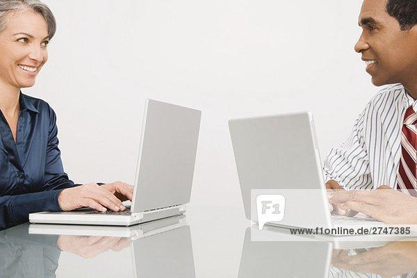 Kaufmann und arbeiten auf Laptops in einem Büro geschäftsfrau