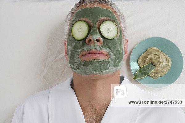 liegend liegen liegt liegendes liegender liegende daliegen Mann Scheibe Close-up reifer Erwachsene reife Erwachsene Gurke Blechkuchen