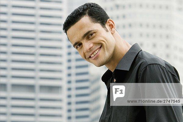 Porträt eines mittleren erwachsenen Mannes lächelnd