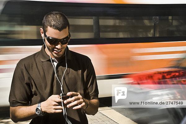 Junger Mann einen MP3-Player anhören