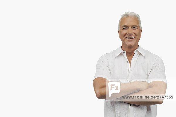 Porträt von einem älterer Mann Stand mit seinen Armen überquerte und lächelnd