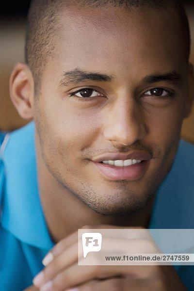 Portrait Mann lächeln jung