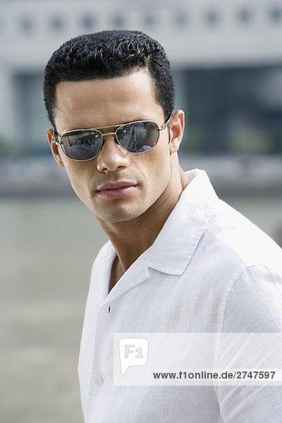 Nahaufnahme eines mittleren erwachsenen Mannes mit Sonnenbrille