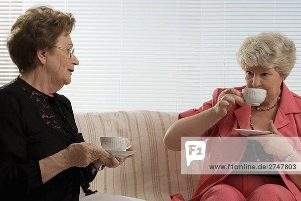 Zwei senior DAMENLAUF Tee