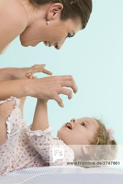 Nahaufnahme einer Mitte erwachsen frau spielen mit ihrer Tochter