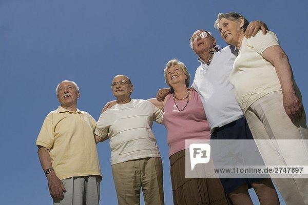 Untersicht drei senior ständigen zusammen mit Arm um Männer und zwei senior DAMENLAUF