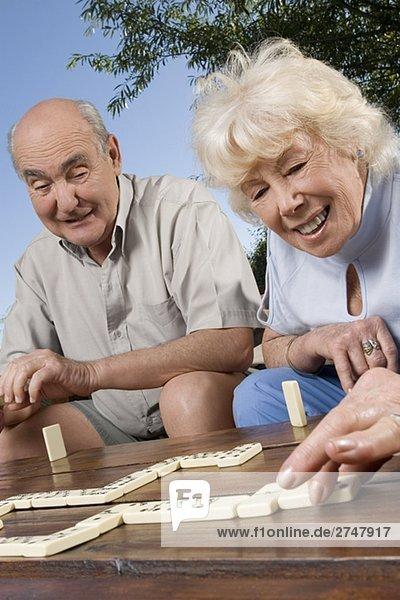 älteres Paar spielen Würfelspiel