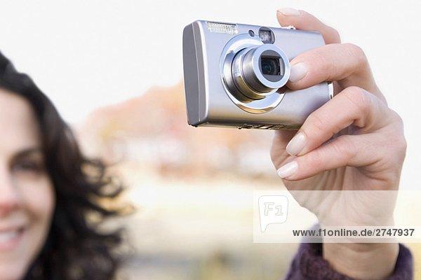 Nahaufnahme einer Reifen Frau mit einer digitalen Kamera fotografieren