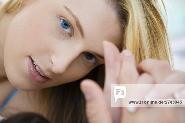 Nahaufnahme of a junge Frau hält die Hand eines Mannes