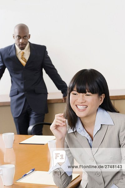 Porträt von mit anderen stehen im Hintergrund Kaufmann lächelnd geschäftsfrau