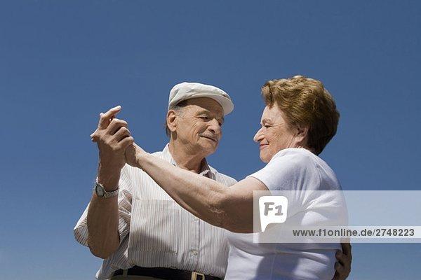 Untersicht ein älteres Paar tanzen Untersicht ein älteres Paar tanzen