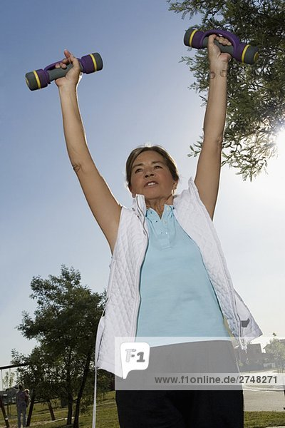 Untersicht of ältere Frau Training mit Hanteln