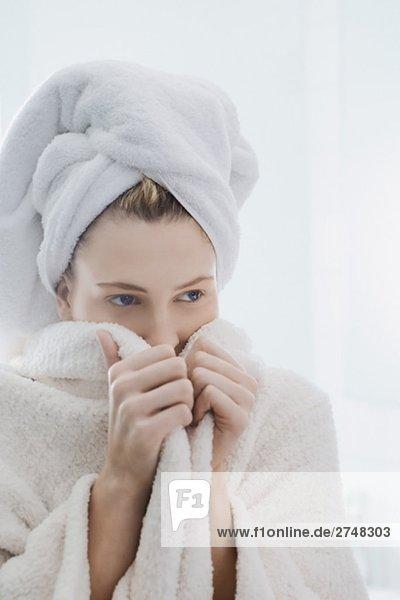 Nahaufnahme einer jungen Frau trägt ein Bademantel