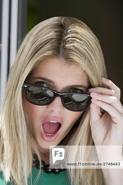 Portrait einer jungen Frau looking überrascht