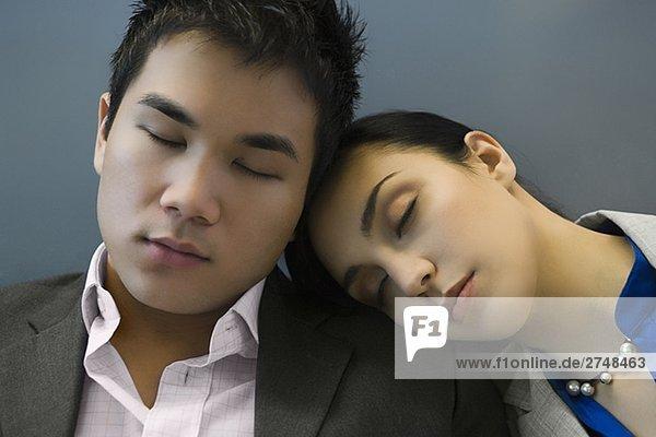 Kaufmann und schlafen auf einem Flughafen geschäftsfrau
