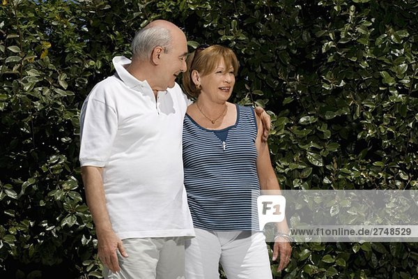 älteres Paar lächelnd in einem park