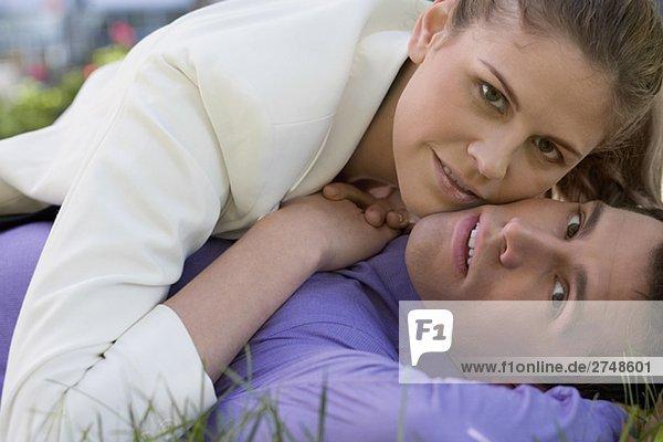 Porträt von romancing mit einem Geschäftsmann geschäftsfrau