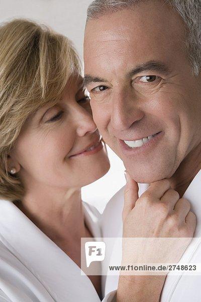 Nahaufnahme einer Reifen Frau mit einem älteren Mann romancing und lächelnd