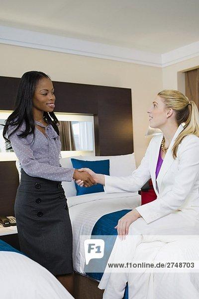 Zwei Geschäftsfrauen Händeschütteln