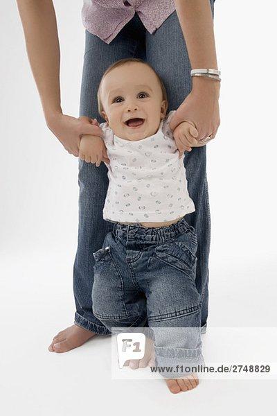 Niedrige Schnittansicht einer Frau zu Fuß mit ihrem männliches Baby