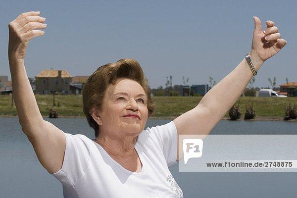 Nahaufnahme einer Frau lächelnd mit seiner Arme