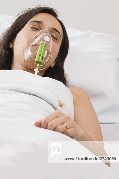 Erhöhte Ansicht eines weiblichen Patienten tragen eine Sauerstoffmaske