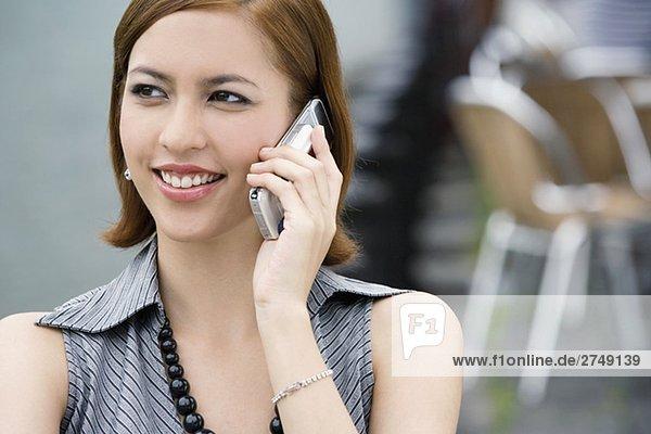 Nahaufnahme einer jungen Frau Gespräch auf einem Mobiltelefon