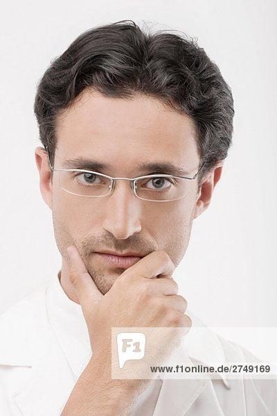 Porträt von einem männlichen Arzt suchen ernsthaft