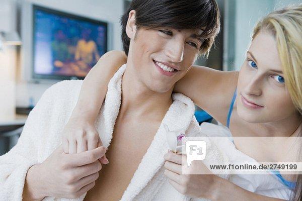 Portrait einer jungen Frau mit Arm um ein junger Mann